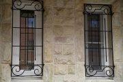 Фото 15 Решетки на окна для дачи: выбор оптимальной конструкции и 70 наиболее элегантных и безопасных вариантов