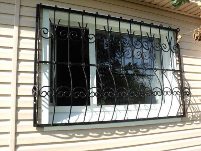 Стандартная сварная решетка на окне