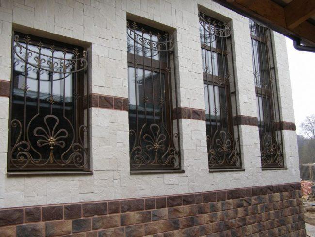 Стационарные кованые решетки на окнах разного размера