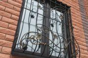 Фото 7 Решетки на окна для дачи: выбор оптимальной конструкции и 70 наиболее элегантных и безопасных вариантов