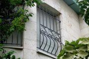 Фото 10 Решетки на окна для дачи: выбор оптимальной конструкции и 70 наиболее элегантных и безопасных вариантов