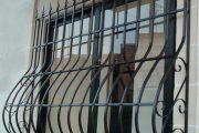 Фото 17 Решетки на окна для дачи: выбор оптимальной конструкции и 70 наиболее элегантных и безопасных вариантов