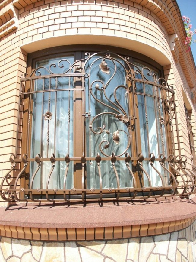 Стационарная кованая решетка для окна