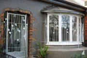 Фото 21 Решетки на окна для дачи: выбор оптимальной конструкции и 70 наиболее элегантных и безопасных вариантов