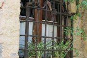 Фото 25 Решетки на окна для дачи: выбор оптимальной конструкции и 70 наиболее элегантных и безопасных вариантов