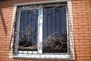 Фото 26 Решетки на окна для дачи: выбор оптимальной конструкции и 70 наиболее элегантных и безопасных вариантов