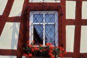 Фото 30 Решетки на окна для дачи: выбор оптимальной конструкции и 70 наиболее элегантных и безопасных вариантов