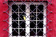 Фото 31 Решетки на окна для дачи: выбор оптимальной конструкции и 70 наиболее элегантных и безопасных вариантов