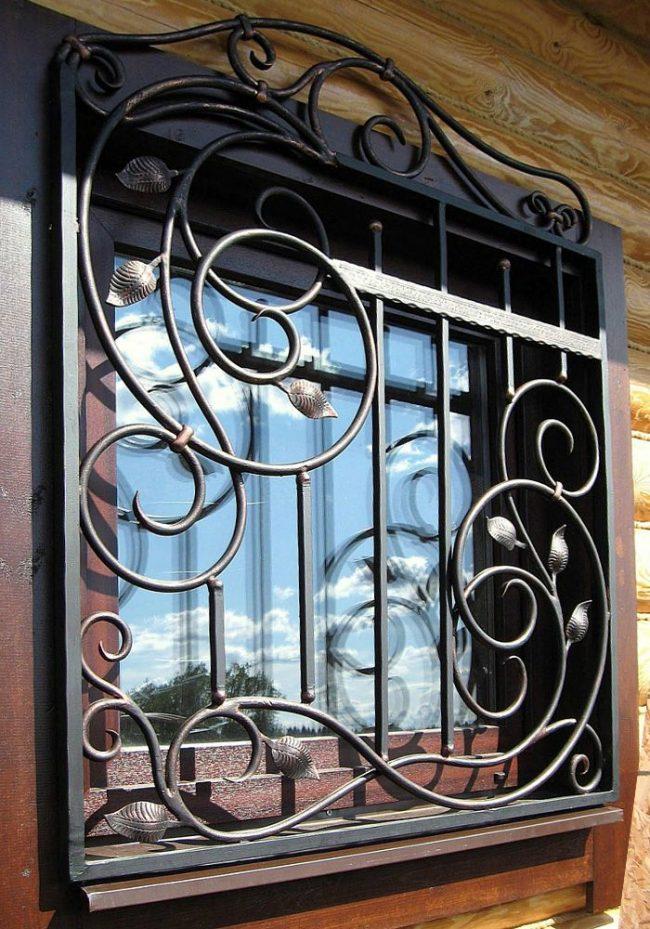 Красивая кованая съемная решетка для окна