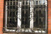 Фото 36 Решетки на окна для дачи: выбор оптимальной конструкции и 70 наиболее элегантных и безопасных вариантов
