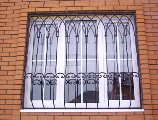 Более дешевый и простой вариант решетки на окно - это сварная решетка