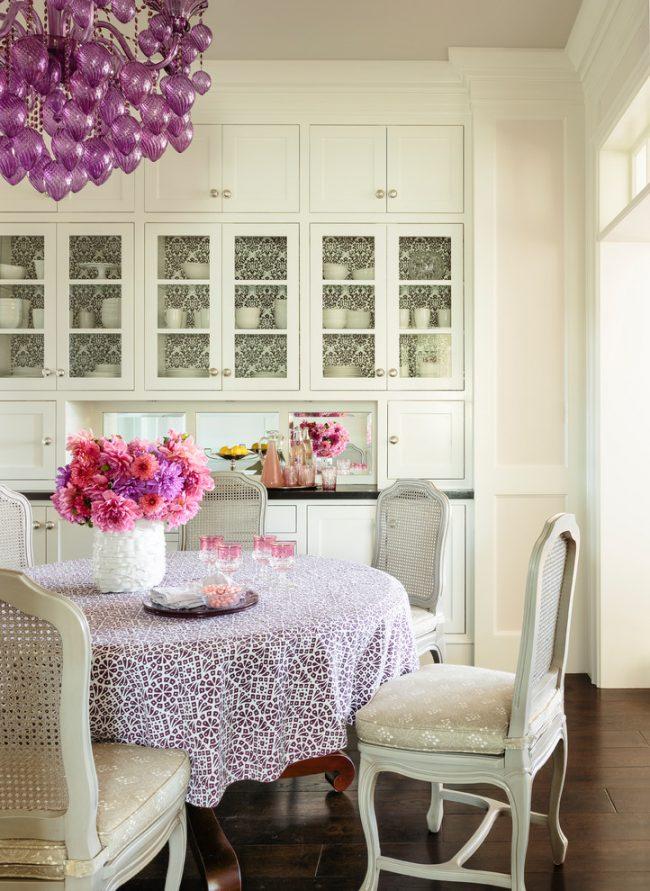 Скатерть на столе добавляет особый шарм интерьеру