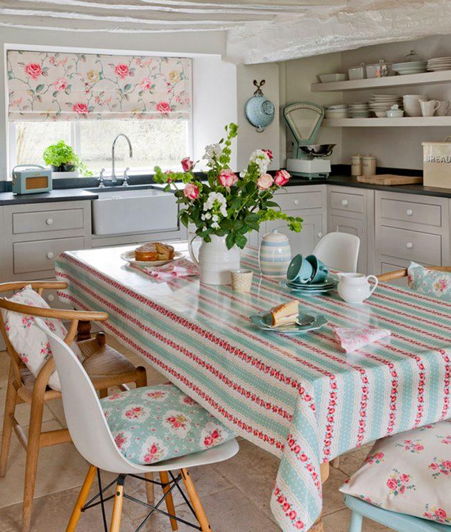 Удачное сочетание принта клеенчатой скатерти и текстиля небольшой кухни