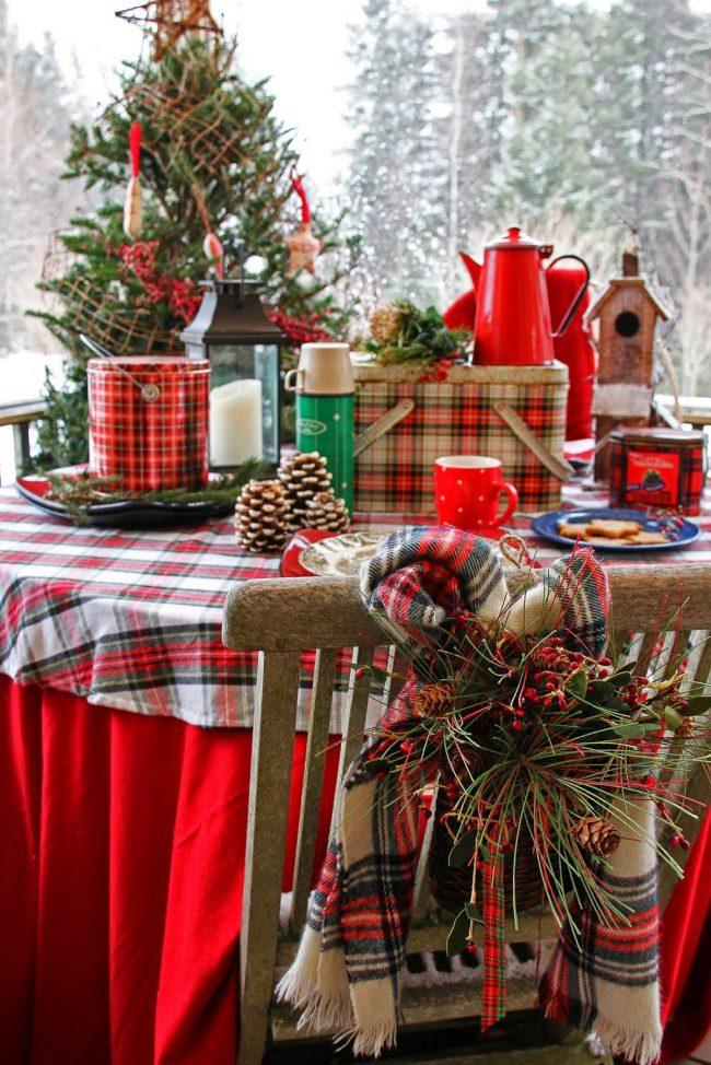 Праздничный стол, накрытый скатертью с рождественским мотивом
