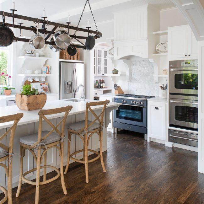 Мраморные сковородки в интерьере кухни стиля прованс