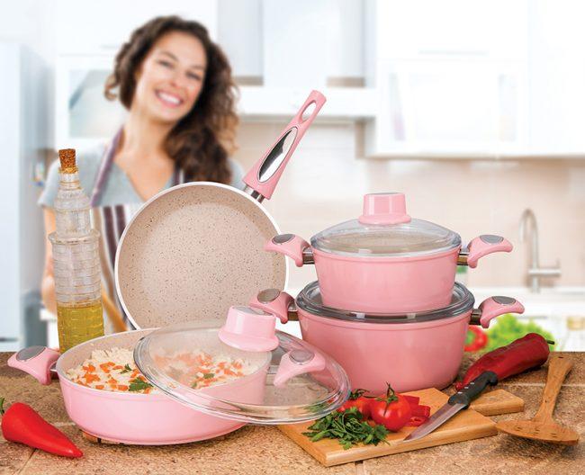 Посуда из мраморной крошки особо прочная, быстро нагревается, медленно остывает и является экологически безопасной