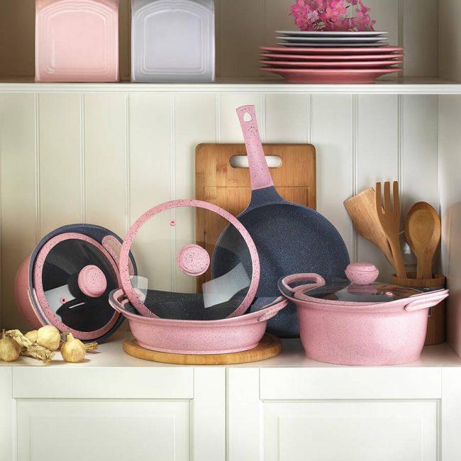 Великолепное сочетание розового с черным в дизайне мраморной посуды
