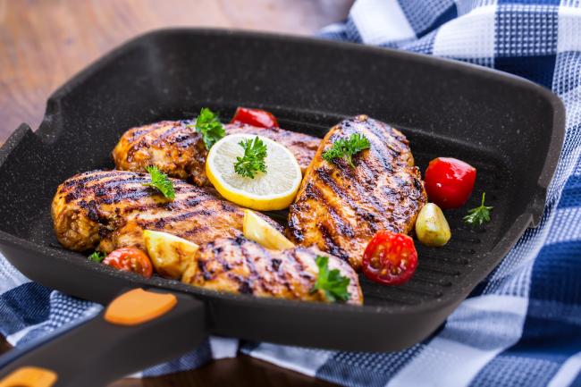 Мясо, приготовленное на мраморной сковороде-гриль, имеет равномерную прожарку и красивую корочку