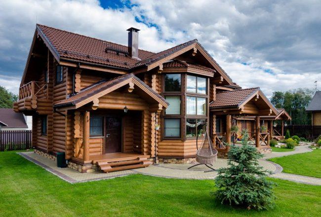 Большой и красивый дом из оцилиндрованного бруса будет выделяться среди остальных домов