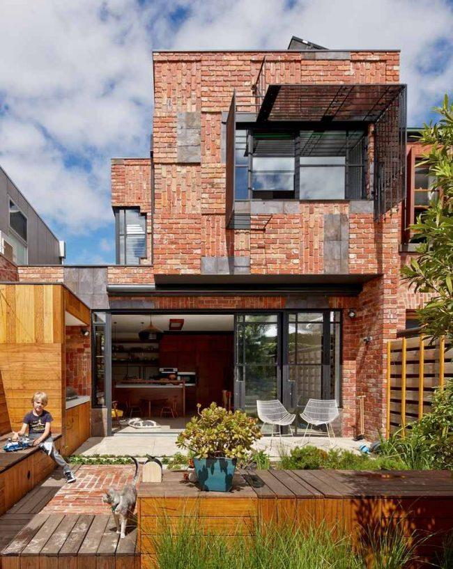 Жилой дом из красного кирпича в современном оформлении
