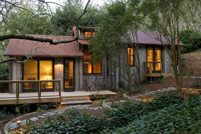 Уютный загородный дом из дерева