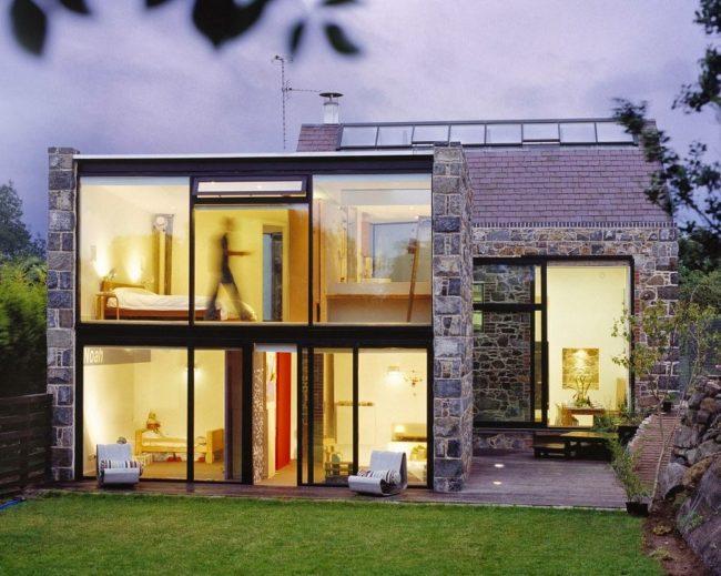 Двухэтажный дом из пеноблоков, обшитый декоративным камнем