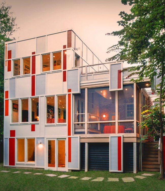 Яркий и с современный каркасный дом с большим количеством окон