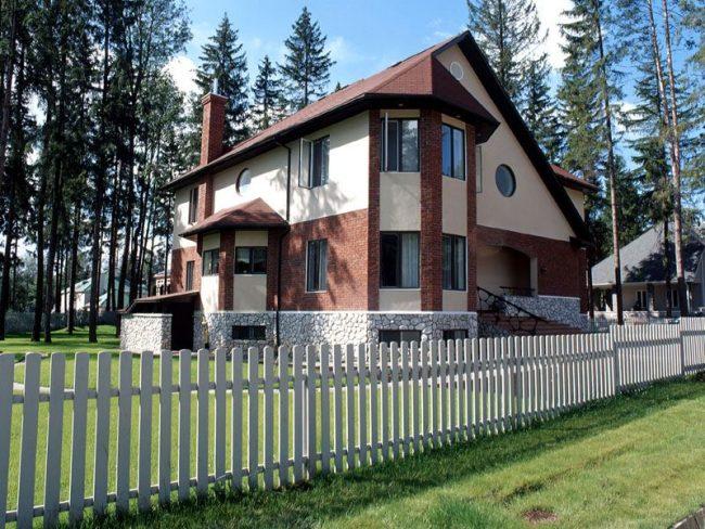 Частный дом из пеноблоков с мансардой и эркером