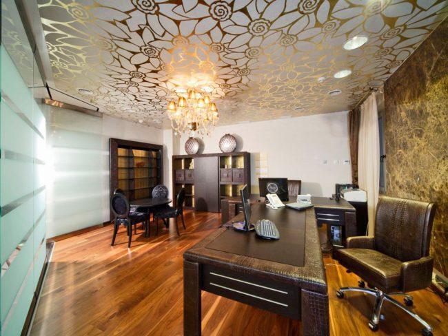 Тканевый натяжной потолокс рисунком в современном кабинете