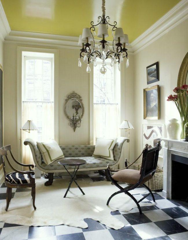 Сатиновый натяжной потолок желтого цвета в комбинации с красивыми белыми потолочными бордюрами