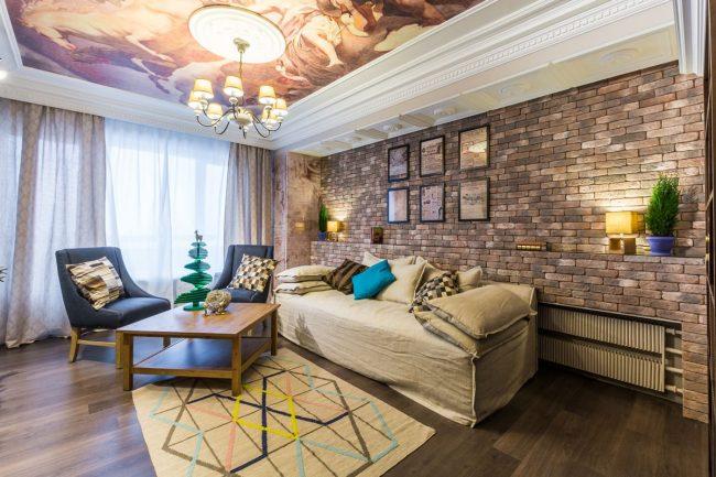 Натяжной потолок с фотопечатью в современной гостиной