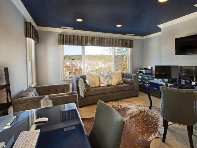 Замшевый натяжной потолок синего цвета в гостиной