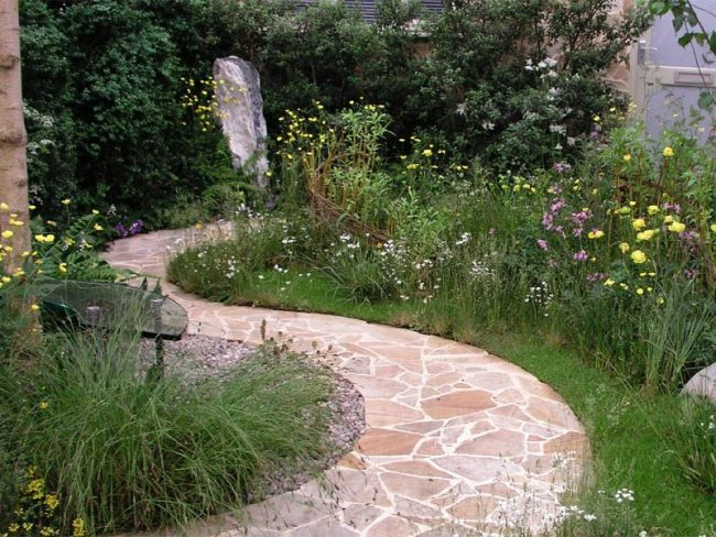 Использование тротуарной плитки на садовой дорожке