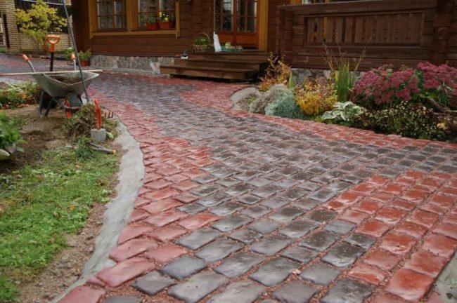 Тротуарная плитка для дорожек на даче: интересный вариант использования брусчатки для дорожек на даче