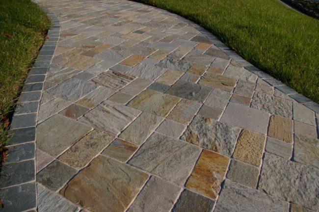 Красивая тротуарная плитка под камень украсит дорожки на вашей даче