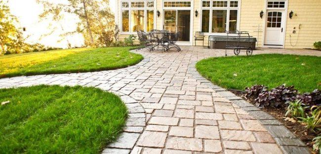 Тротуарная плитка под натуральный камень на садовых дорожках дачи