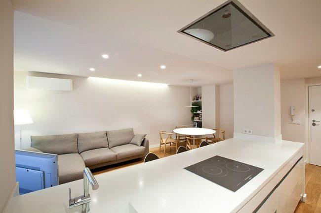 Мягкий массивный диван серого цвета в современном интерьере кухни