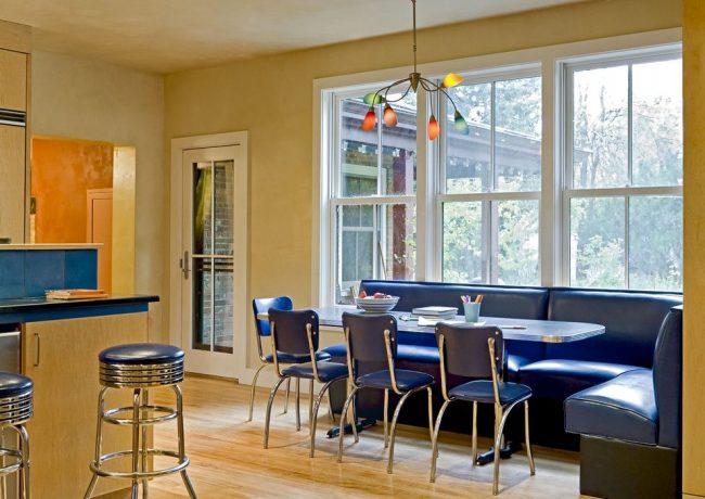 Кожаный диван удобен и практичен для кухни