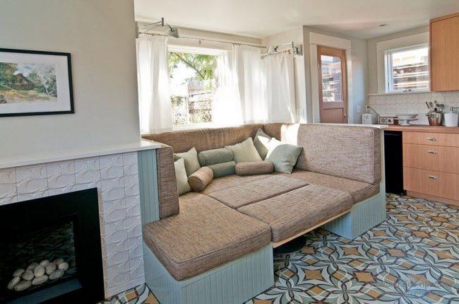 Раздвижной диван со спальным местом для двоих на традиционной кухне