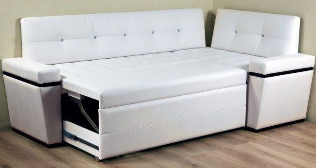 Стильный кожаный диван белого цвета для кухни
