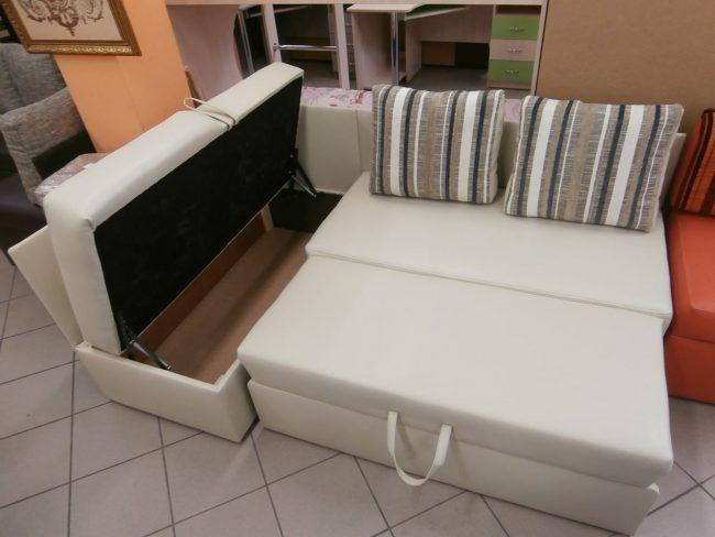 Угловой диван-трансформер с большим ящиком для хранения белья или других вещей
