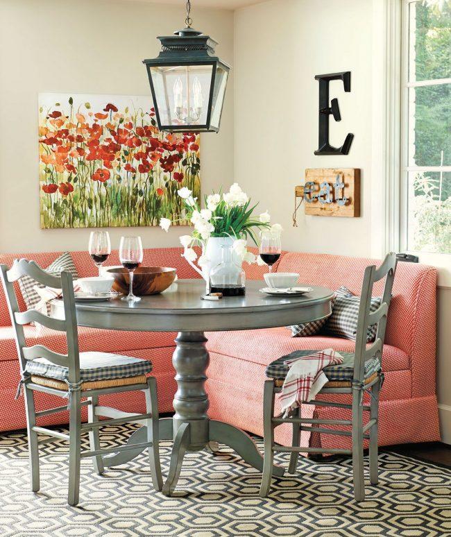 Небольшой угловой диванчик для кухни в нежно-розовом цвете