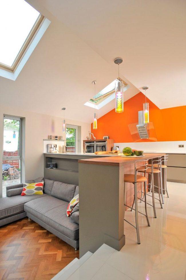 Мягкий диванчик с возможностью трансформации в спальное место на современной кухне