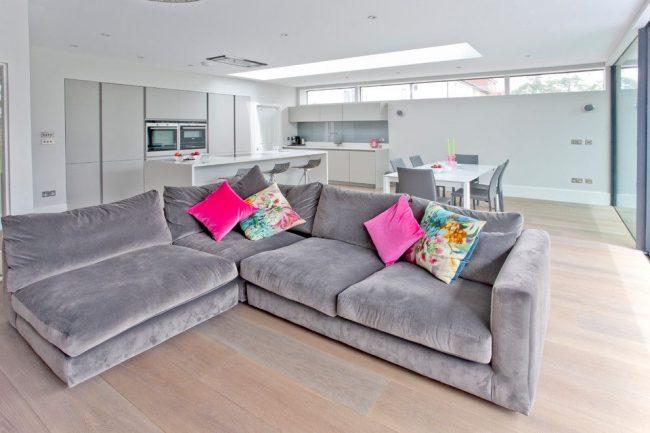 Если кухня больших размеров, то на ней можно разместить масивный мягкий угловой диван