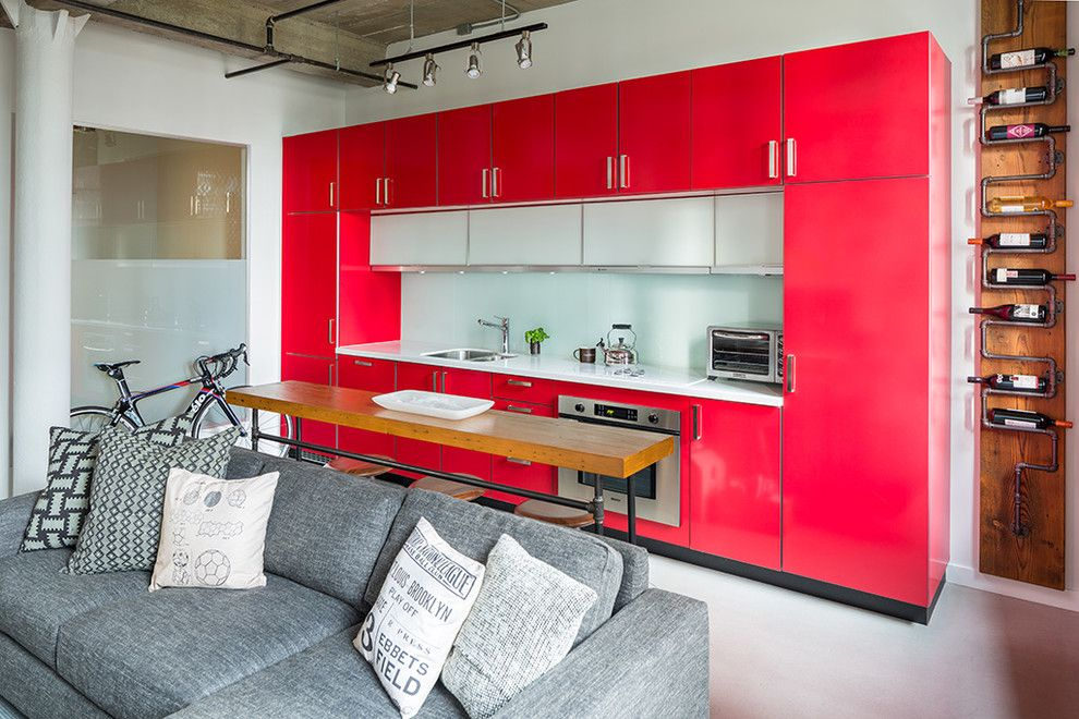 Яркая кухня в стиле лофт с мягким диваном-трансформером