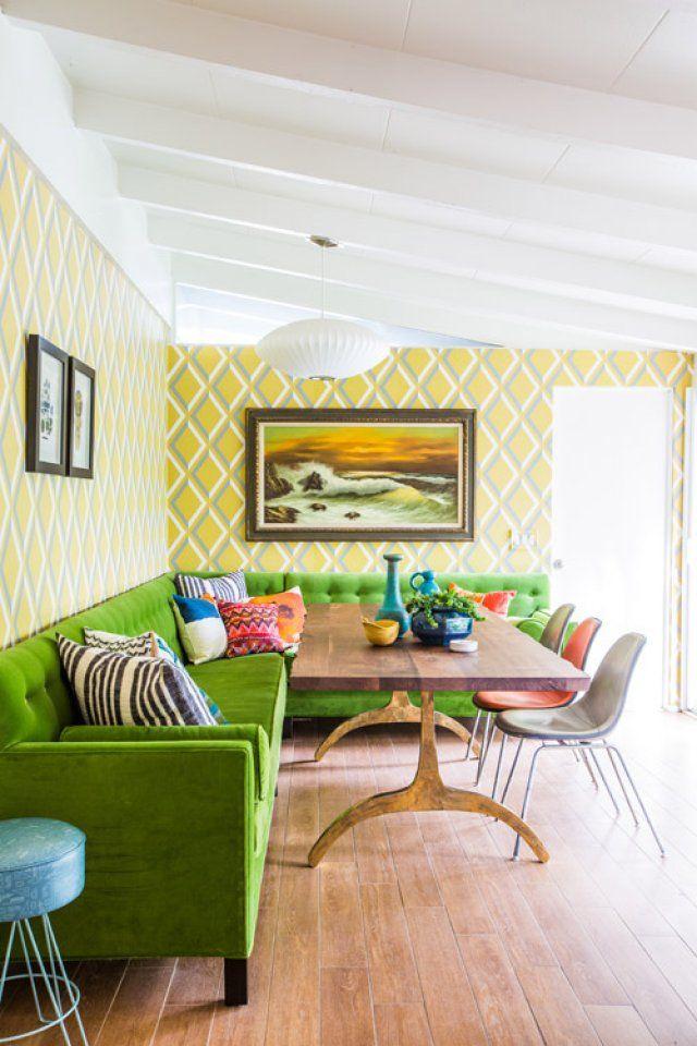 Стиль фьюжн на кухне дополняет мягкий угловой диван насыщенного зеленого цвета