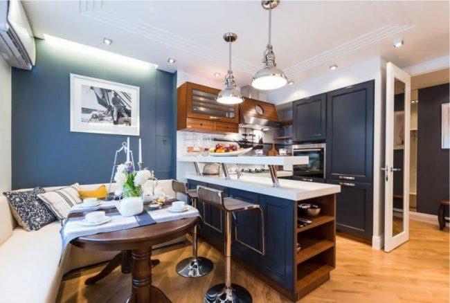 На не особо большой кухне угловой диван будет занимать почти половину площади кухни, одновременно находясь и под окном и в центре