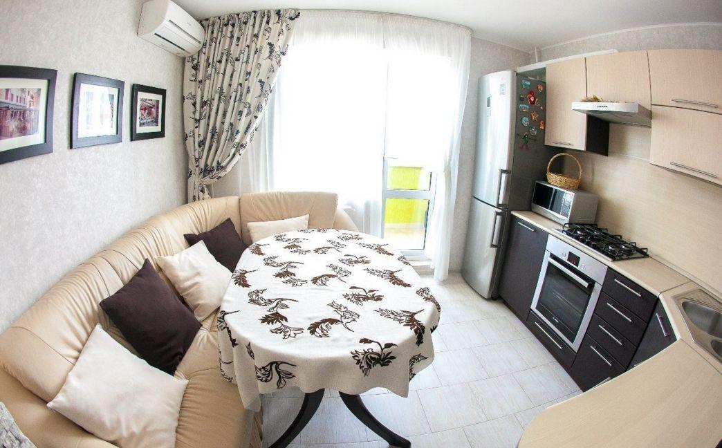 Современная классика на кухне с кожаным диваном светло-бежевого цвета