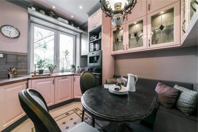 угловой диван на кухню со спальным местом: небольшой угловой диван для кухни, расположенный в углу под стенкой