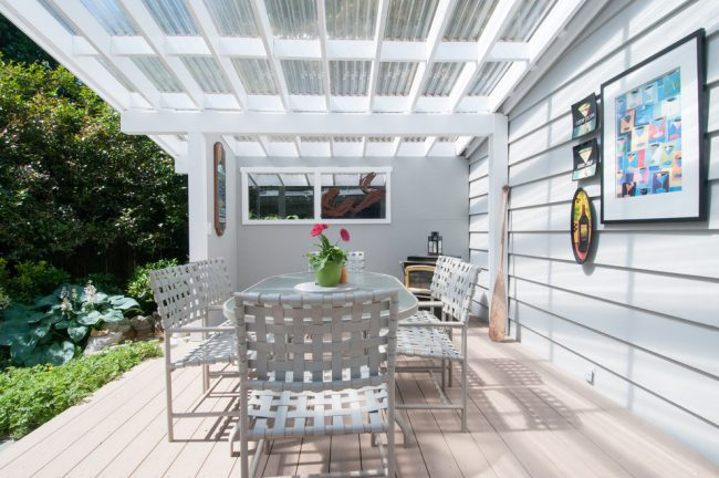 Открытая веранда из поликарбоната, пристоенная к дому, считаются летним вариантом